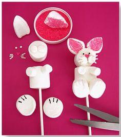 Na Páscoa eu adoro decorar a casa com muitos coelhinhos!!! Melhor ainda se eu puder comer todos eles no dia rsrsrs!! Esse coelho de marshmallow vai ficar lindo na decoração da sua mesa e você pode dar de lembrancinha. Para fazer o coelho você vai precisar de palitos de plástico ou madeira, marshmallows brancos grandes …