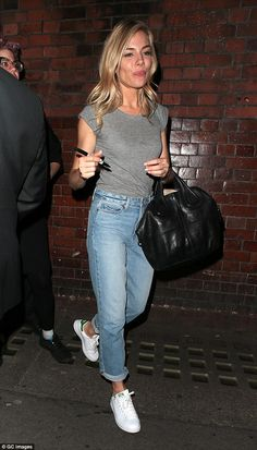 Sienna Miller slips into a t-shirt and jeans after Cat On A Hot Tin Roof - - . - Sienna Miller slips into a t-shirt and jeans after Cat On A Hot Tin Roof – – - Style Sienna Miller, Sienna Miller Hair, Casual Chic, Mama Shirts, T-shirt Und Jeans, Spring Fashion Casual, Mein Style, Inspiration Mode, Apparel Design