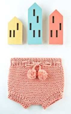 LEVEL EASYThe kit Pima cotton yarn ball mm / UK US 8 wooden knitting needles*The pattern*A small knitter's sewing needle*WAK packaging*For month babies*Image colour: Salmon pink Baby Knitting Patterns, Diy Knitting Kit, Wooden Knitting Needles, Knitting For Kids, Knitting Yarn, Crochet Baby Bloomers, Baby Bloomers Pattern, Pull Bebe, Baby Pullover