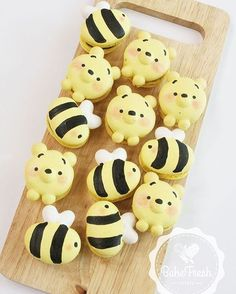 Adorable winnie the pooh themed macaron cookies! perfect party food for a disney or pooh themed party! Cute Desserts, Delicious Desserts, Dessert Recipes, Yummy Food, Cookie Recipes, Kreative Desserts, Cute Baking, Macaron Cookies, Shortbread Cookies