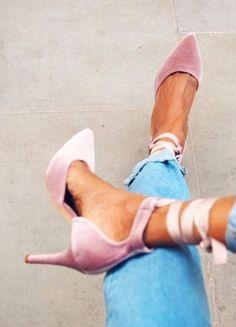 Im Sommer konnten wir nicht genug von Flats mit süßer Ballerina-Schnürung bekommen. Jetzt kommt das modische Update: High Heels zum Schnüren!