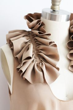 Ruffle Collar using decorative gathering - fabric manipulation for fashion design; dressmaking & sewing inspiration // Dolly Pearl Ruffle Collar using. Fashion Design Inspiration, Mode Inspiration, Morning Inspiration, Sewing Hacks, Sewing Tutorials, Sewing Patterns, Techniques Couture, Sewing Techniques, Embroidery Techniques