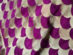 Ceci est une belle benarse pur brocart de soie irisée Motif de pétoncles dans Deep Purple and Gold. Le tissu illustrent Motif de pétoncles en or sur fond violet.  Vous pouvez utiliser ce tissu...