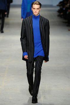 Ennio Capasa s'inspire de la mode vestimentaire de l'auteur de Ziggy Stardust entre 1977 et 1979, période pendant laquelle David Bowie se trouvait à Berlin pour travailler sur la trilogie Low, Heroes et Lodger. #davidbowie #enniocapasa #costumenational #milan #runway #menswear #fashionweek #trends #winter2014