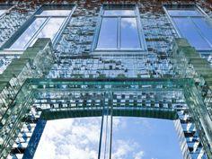 """È una facciata """"artigianale"""", figlia della maestria dei maestri vetrai di Venezia, quella scelta dallo studio di architettura olandese  Mvrdv"""