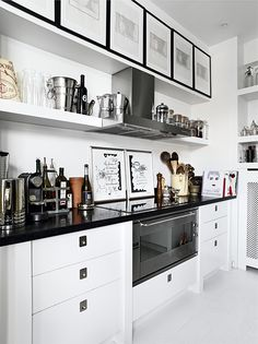 ** Personally selected products **: Mucho estilo en blanco y negro Danish Apartment, Apartment Kitchen, Kitchen Interior, Kitchen Dining, Kitchen Decor, Nice Kitchen, Kitchen White, Dining Room, Country Look