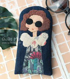 퀼트미 [시스터 선글라스 케이스(블루)] Patchwork Bags, Quilted Bag, Free Motion Embroidery, Machine Embroidery, Sewing Crafts, Sewing Projects, Key Bag, Cute Cases, Crochet Handbags