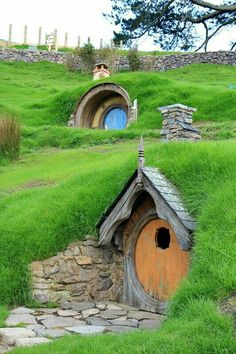 in a hobbit house for a week - This is on Matthew& list for sure!, live in a hobbit house for a week - This is on Matthew's list for sure!, live in a hobbit house for a week - This is on Matthew's list for sure! Maison Earthship, Earthship Home, Fairy Houses, Play Houses, Garden Houses, Houses Houses, Garden Buildings, Casa Dos Hobbits, Underground Homes