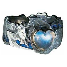 Este anillo data de 1899 está hecho de plata y piedra de luna. El murciélago simbolizaba la homosexualidad. Esta pieza es parte de la colección de Natalie Clifford Barney Art Nouveau