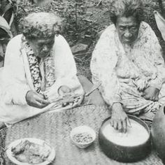 Hawaiian women eating poi, photo by J. Gonsalves, ca. Image from Bishop Myseum Archives, Honolulu, Hawaii. Hawaiian People, Hawaiian Woman, Aloha Hawaii, Honolulu Hawaii, Hawaii Life, Vintage Photographs, Vintage Photos, Hawaii Pictures, Vintage Hawaii