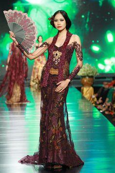 by Anne Avantie Kebaya Lace, Batik Kebaya, Kebaya Dress, Father Of The Bride Outfit, Bd Fashion, Ethnic Fashion, High Fashion, Modern Kebaya, Indonesian Kebaya