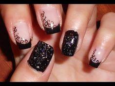 nail art nero elegante con decoro effetto pizzo , glitter e pagliette