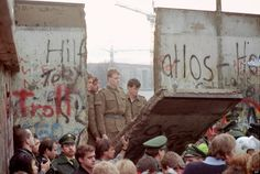 vintage everyday: 30 Amazing Photos of the Fall of the Berlin Wall from 25 Years Ago