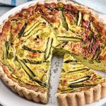 Scopri come realizzare una quiche delicata a base di asparagi, porri e fave. Leggi la ricetta su Sale&Pepe
