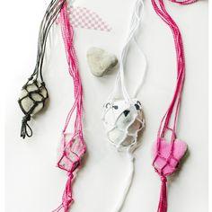 Macrame Rock Necklaces :: A Fun Summer Craft for Kids Summer Crafts For Kids, Diy For Kids, Summer Art, Summer 2016, Diy Necklace Projects, Necklace Ideas, Diy Crafts To Do, Fun Diy, Kids Crafts