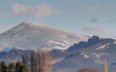 Een besneeuwde Ventoux, met op de voorgrond les Dentelles de Montmirail, vanuit Orange (© Pictures Passions).