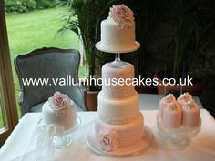 vintage lace and roses wedding cake1