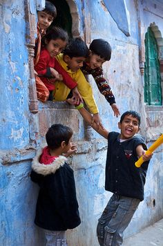 t-a-h-i-t-i:    Kids in Window - Jodhpur by travel.photos on Flickr.