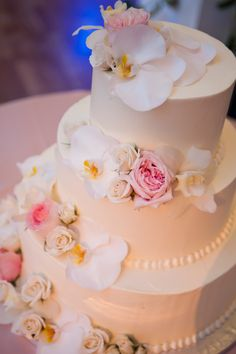 Layers of white phalaenopsis orchids and blush garden roses. Floral design: Winston Flowers.