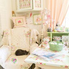 Buona sera…  Vi lascio le immagini di una romanticissima casa in Germania, quella di Nelly, ama dipingere i mobili in tonalità pastello ...
