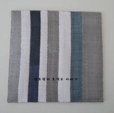 한 작품 완성할때마다 생기는 자투리천이 꽤나 모였다. 두고보자니 마음만 불편하고... 자투리천으로 손쉽... Types Of Craft, Korean Traditional, Fabric Squares, Hand Sewing, Needlework, Textiles, Quilts, Crafts, Color