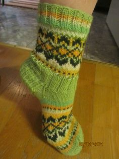 Knitting Socks, Hand Knitting, Yarn Crafts, Diy And Crafts, Knitting Designs, Bunt, Mittens, Slippers, Cozy