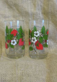 Vintage Pair of Strawberry Glasses Two clear glass cups with strawberry, bloom, and leaf motif 5 inches tall Great for drinking or using as vases! Strawberry Kitchen, Strawberry Summer, Strawberry Delight, Strawberry Fields Forever, Strawberry Pictures, Strawberry Tattoo, Strawberry Decorations, Kitchen Necessities, Red Fruit
