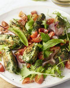 Heerlijke koekjes van spinazie en ricotta met een frisse tomatensalsa en salade bij. Het lijkt misschien wat meer werk, maar we garanderen je: dit is zo klaar!