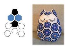 아프리칸모티브 여러개 이어서 인형 많이 들 만드시지요? 대표적인게 부엉이인형!! 기본이되는 아프리칸플... Crochet Squares, Crochet Motif, Diy Crochet, Crochet Dolls, Crochet Flowers, Owl Crochet Patterns, Amigurumi Patterns, Crochet Classes, Crochet Projects