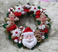 DIY 20 ideas de Manualidades Navideñas con fieltro para decorar tu hogar Felt Christmas Decorations, Felt Christmas Ornaments, Christmas Stockings, Holiday Wreaths, Holiday Crafts, Holiday Decor, Christmas Sewing, Christmas Crafts, Felt Crafts