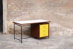 Bureau 3 tiroirs jaune relooké, métal et bois http://www.gentlemen-designers.fr