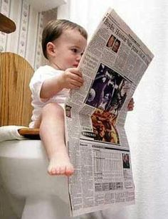 ante este niñito leyendo las noticias del día....jajajaja!!!!