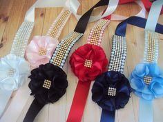 Porta coque para bailarina. Várias cores e modelos Guarde esse pin. Diy Home Crafts, Crafts For Kids, Arts And Crafts, Bridal Jewelry, Diy Jewelry, Bun Wrap, Pearl Headband, Dog Accessories, Fabric Art