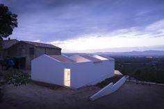 Construido en 2015 en Saint-André-de-Sangonis, Francia. Imagenes por Marie-Caroline Lucat . La« Villa Tranquille » o « Casa Tranquila »,diseñada por Artelabo se encuentra en unapequeña parcela con una magnífica vista sobre el Valle del...