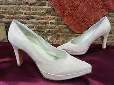 Zapatos de novia en rosa palo para novias más atrebidas. Tenéis una amplia gama de colores a elegir.