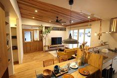 """平屋暮らし🏡 on Instagram: """"明日はいよいよ完成見学会✨ 設計事務所の方達がディスプレイをしてくれました😍 家具が入るとぐっとお洒落に見えてとても嬉しくてずーっと見てました♡ #futagami のランプが間に合わなかったことが少し残念だけど、植栽も入り本当に素敵な家が完成したなと感動しています✨…"""" Futagami, Conference Room, Table, Furniture, Instagram, Home Decor, Decoration Home, Room Decor, Tables"""
