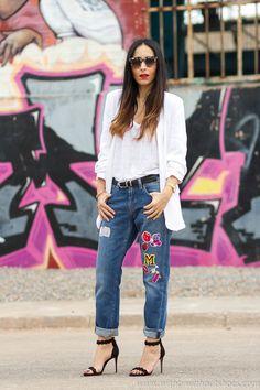 Look Urban Chic Jeans con parches Meltin' Pot y Sandalias de tacón con pulsera atada al tobillo de RAYE