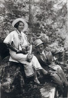 Amazing vintage photo via The Sartorialist. Vintage Pictures, Vintage Images, Mode Vintage, Retro Vintage, Vintage Style, Ukraine, Vintage Outfits, Vintage Fashion, Vintage Clothing