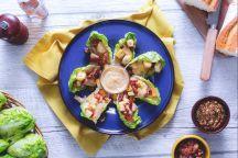 Caesar salad di pollo su lattuga baby