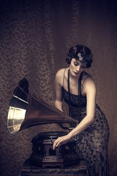 Retro woman winding up a gramophone Bob Dylan, House Music, Music Is Life, Radios, Jeane Manson, Vintage Photos, Vintage Posters, Gramophone Record, Jazz