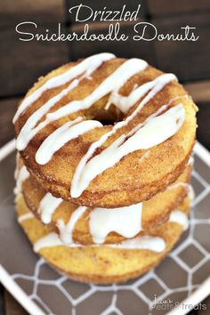 Drizzled Snickerdoodle Donuts ~ Light, Fluffy Donuts Rolled in Cinnamon Sugar and Topped with a Vanilla Drizzle! I love donuts. Baked Donut Recipes, Baked Doughnuts, Delicious Donuts, Delicious Desserts, Yummy Food, Healthy Food, Tasty, Party Desserts, Just Desserts
