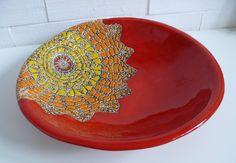 Duża czerwona miska z kolorowym motywem koronki  Wymiary: średnica 37cm wysokość 8 cm Tworzywo - Krzysia Owczarek