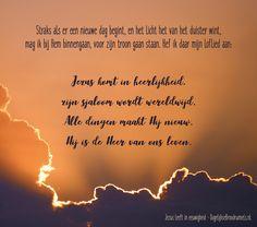Straks als er een nieuwe dag begint, en het licht het van het duister wint, mag ik bij Hem binnengaan, voor zijn troon gaan staan. Hef ik daar mijn loflied aan: Jezus komt in heerlijkheid, zijn sjaloom wordt wereldwijd. Alle dingen maakt Hij nieuw. Hij is de Heer van ons leven. Jezus leeft in... #Hemel, #Jezus, #Leven, #Wereld, #Opwekking, #Heer, #Troon, #Licht, #Duisternis, #Heerlijkheid, #Nieuw, #Lof https://www.dagelijksebroodkruimels.nl/jezus-leeft-in-eeuwigheid-opwekk