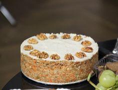 Mrkvový raw dort, krok 3: Poté rozmixujeme kešu oříšky,  kokosový olej a med tak dlouho, dokud nezískáme jemnou, hladkou směs. Navrstvíme na mrkvovou směs a necháme alespoň hodinu tuhnout v lednici. Můžeme ozdobit kousky vlašských ořechů.
