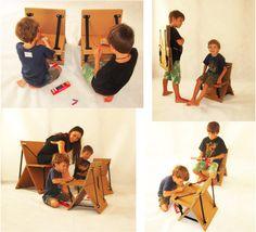 Cadeira Xis. de papelão.  Duas placas com mesmo tamanho e recorte que se encaixam. O travamento é feito com cinto e sticks de madeira.  As crianças podem pintar e colorir.  E é super fácil de carregar!