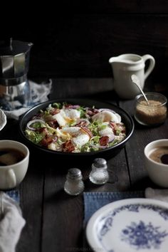 Sałatka z bulgurem czosnkowym, bekonem i jajkiem na miękko