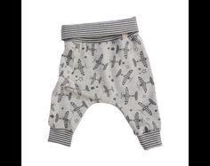 Diese gemütliche Babyhose ist aus weicher zertifizierter Baumwolle (Öko Tex Standard 100) und ist gut für die Übergangszeit... nicht zu dick aber auch nicht dünn. Der geringelte Bund aus...