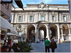 Des porches, des colonnes, des statues dans leur niches, des frontons de fenêtre richement décorés, c'est un quartier vraiment riche.