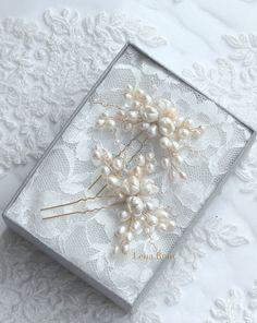 Please read carefully Sipping & Policies.  Set de 2 horquillas para peinado de novia. Compuestas por perlas de agua dulce, cristales y flores