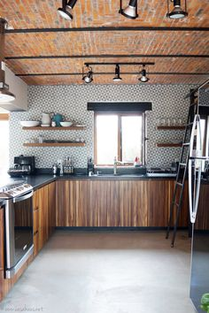 A rustic industrial kitchen makeover / Renovación de cocina estilo rústico – kitchenrenovation Industrial Kitchen Design, Vintage Industrial Decor, Industrial Furniture, Industrial Kitchens, Pipe Furniture, Industrial Farmhouse, Luxury Furniture, Green Kitchen, Kitchen Decor